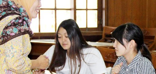 Language instruction: Japanese students Ayaka Mashimo (left) and Yuka Ueno study Indonesian with teacher Etik Nuraeni at an Indonesian for Foreign Language Speakers (BIPA) course.