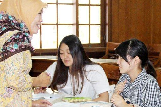 Language instruction: Japanese students Ayaka Mashimo (left) and Yuka Ueno study Indonesian with teacher Etik Nuraeni at an Indonesian for Foreign Language Speakers (BIPA) course.