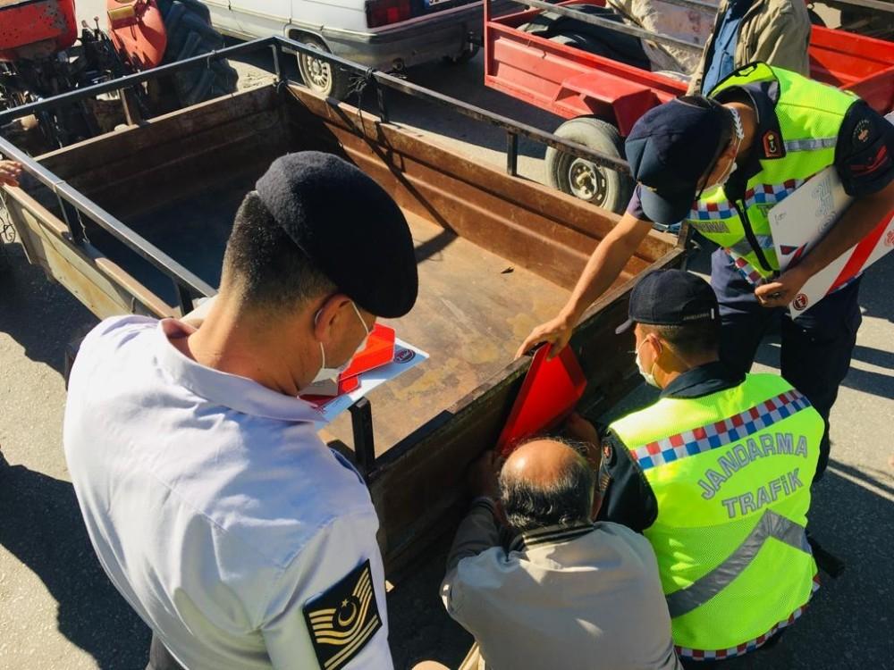 Jandarma Keçiborlu ilçesinde 50 traktöre reflektör taktı