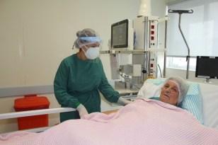 Hastanın 'Evladın olsa böyle bakmaz' dediği yoğun bakım hemşiresi yaşadıklarını anlattı