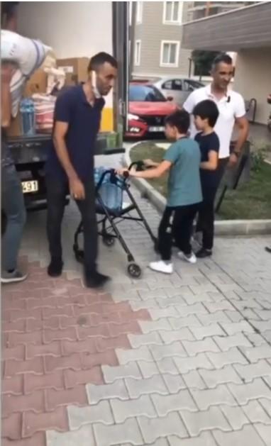 Engelli küçük Muhammet toplanan yardımları yürüteciyle kamyonete taşıdı