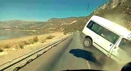 Minibüs ile kamyonetin kafa kafaya çarpıştığı feci kazada ölü sayısı 2'ye yükseldi