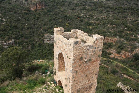 Башня крепости Монфор фото