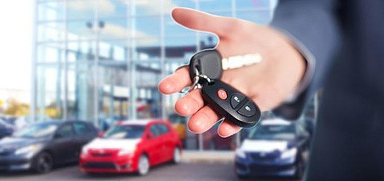 ключи от авто в руке