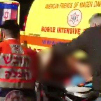 Verletzte werden in Krankenwagen gebracht