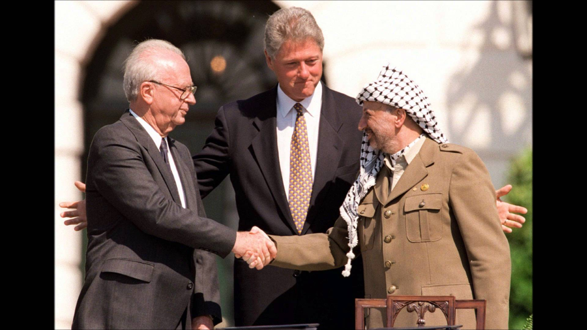 Rabin and Afarat shake in front of Clinton - Oslo Accords 1993