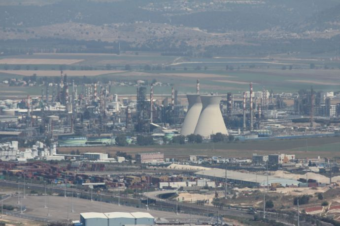 Environment Ministry brings charges against Haifa Oil Refineries for polluting air