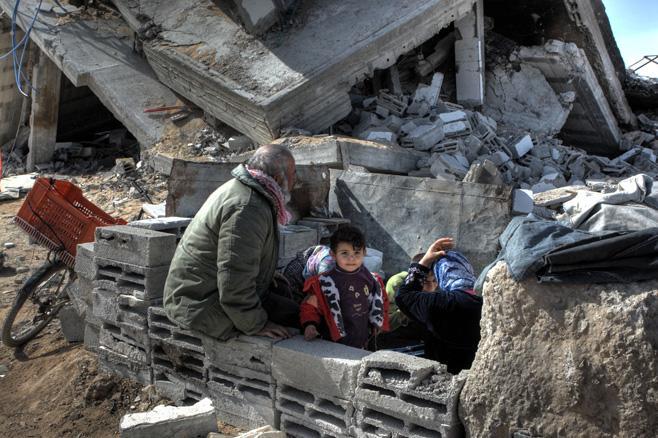 Palästinensische Familie sitzt in den Ruinen ihres Hauses, 2009