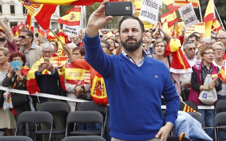 """Santiago Abascal en pleno selfie. Fuente: """"El Confidencial"""""""