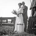 bruidsreportage bij molen zwart wit