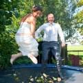 Bruid en bruidegom springen op trampoline