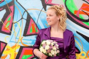 Bruid bij graffiti muur
