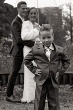 Bruidsjonkertje staat stoer