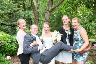 Bruid en zussen dragen Bruidegom