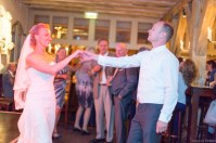 Bruidspaar danst op feest