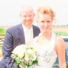 Bruidspaar kijkt in camera