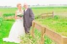 Bruid met schoonvader in de weide