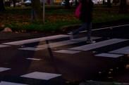 Low-Light foto van Ledverlichting in het asfalt bij een zebrapad