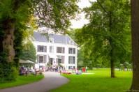 trouwlocatie Landgoed Waterland in Velsen Zuid met mensen op de voorgrond