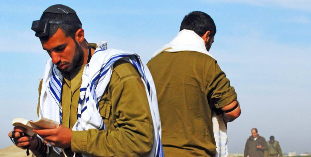 армия солдаты моляться