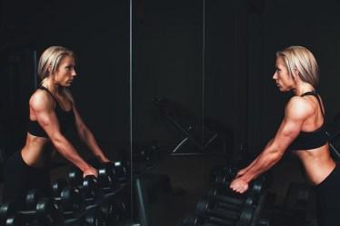 Frau trainiert mit Gewichten