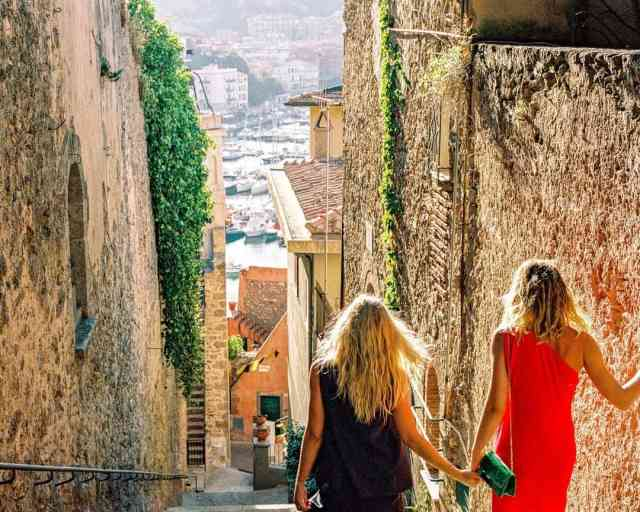 Hello, side streets of Porto Ercole! We've got you on our mind!⠀⠀⠀⠀⠀⠀⠀⠀⠀ ⠀⠀⠀⠀⠀⠀⠀⠀⠀ ⠀⠀⠀⠀⠀⠀⠀⠀⠀ #SoITALIANISSIMO #travelitaly #italy #travel #travelguide #cityguide #tuscany #hotelilpellicano