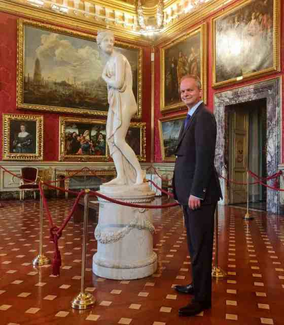 Everybody loves @uffizigalleries and no one more so than Uffizi director Eike Schmidt who has been pioneering a digital renaissance that has established the Uffizi as the museum to follow on Instagram and TikTok. Join ISSIMO as we sit down in the Uffizi with Director Schmidt. Link in bio. 🎨🖼🖌  #soissimo #socoltissimo  #culture #art #uffizigalleries #eikeschmidt #italy #florence #italianart