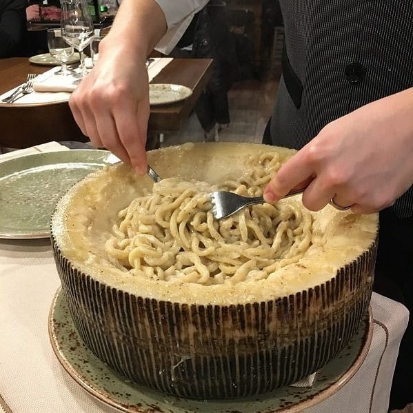 Cacio e pepe, mmm, buoniSSIMO 😊🍝 The divine trio of pecorino, pepper and pasta by Trattoria Bruno Coppetta. Grazie, @LiviaFirth for sharing your #Umbria secrets with us. Link in Bio.  ⠀⠀⠀⠀⠀⠀⠀⠀⠀ #SoBUONISSIMO #Food #RegionalRecipes  #italianissimo #italytravel