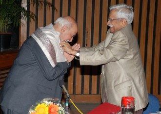 Prof VS Ramamurthy honouring the Speaker