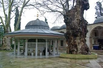 fountain in Atik Valide Mosque's garden, Şadırvan