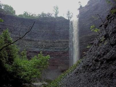Откос в Гамильтоне, Онтарио представляет собой осадочную формацию высотой во многие метры. Это часть Ниагарского откоса, простирающегося на сотни миль