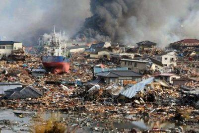Это цунами – пример того, как мощь нескольких «больших» волн способна сдвинуть и разрушить практически всё на своем пути