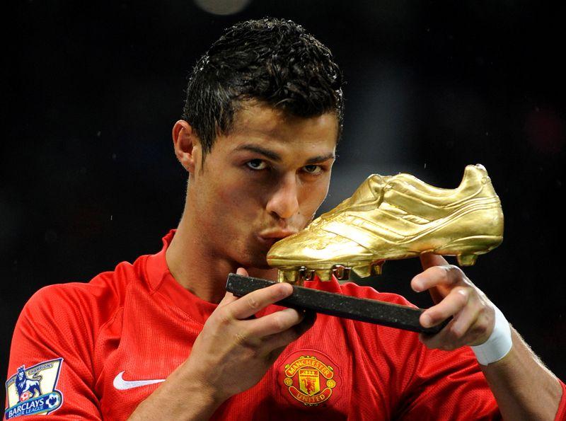 Manchester United closes signing of Cristiano Ronaldo
