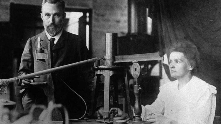Pierre e Marie Curie nel loro laboratorio
