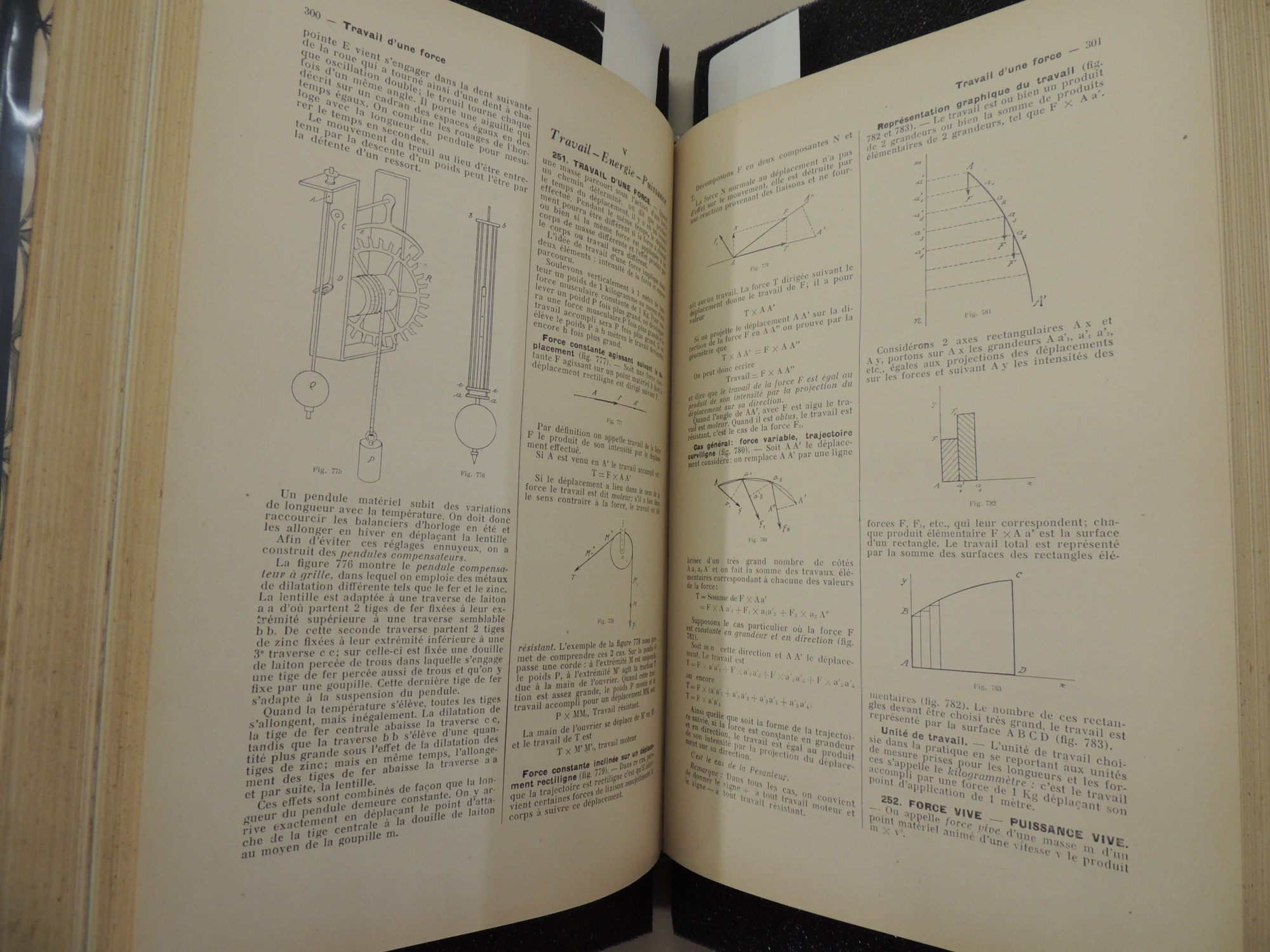 hight resolution of two pages show technical text in french along with several scientific and mathematical diagrams