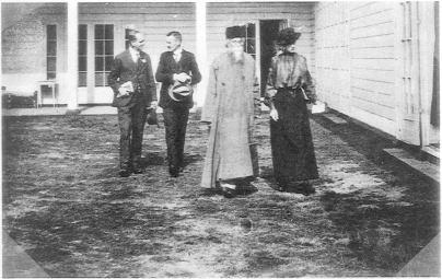 De Indiase filosoof Rabindranath Tagore bezoekt de ISVW rond 1920