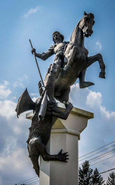 Sárkányölő Szent György szobra, Sirpa Ihanus alkotása a Kossuth téren Iszkaszentgyörgyön