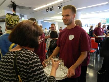 2016 augusztusa, a 2017-es finnugor kulturális fővárosi cím kiválasztási ünnepsége a helsinki Balassi Intézetben, koccintás iszkaszentgyörgyi borokkal és pálinkával, a kínálásban segít: Jani Korhonen, Iszkaszentgyörgy finnugor nagykövete