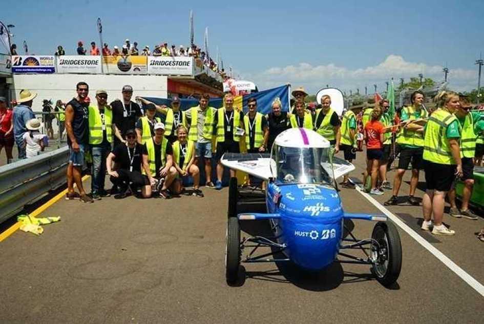 Framtidens fossilfria soldrivna bilar i världens största studentrace 1
