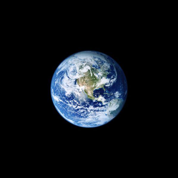 iOS_11_GM_Wallpaper_Earth-740×740