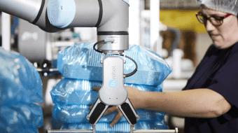 Skuldre og arme hos Plus Pack aflastes af OnRobots fleksible End-of-Arm-værktøjer 1