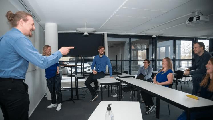 IT-virksomhed stiller krav til medarbejdere: Obligatorisk med blåt tøj