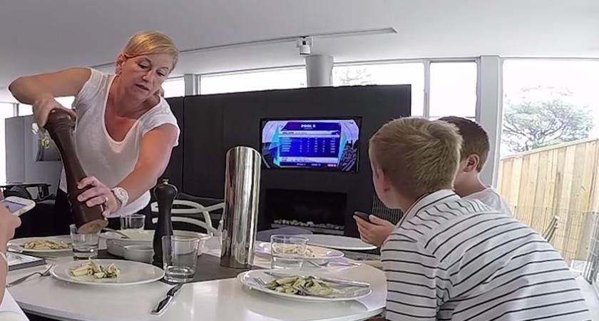 Bara hälften av svenskarna låter bli att titta på TV eller kolla på mobilen när de äter
