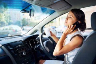 Nu är det förbjudet att köra bil med mobiltelefon i handen 1