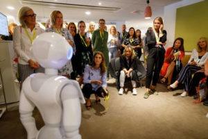Humanoid robot senaste medarbetaren på TUI 1