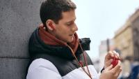 Huawei lanserar hörlurarna Freebuds 3 i sportig röd färg