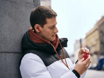 Huawei lanserar hörlurarna Freebuds 3 i sportig röd färg 1