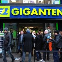 Lång kö till Elgigantens nyöppning i Stockholm