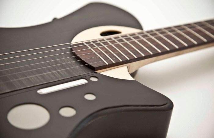 Stradivarius-byggare och KTH-professor presenterar världens första smarta gitarr