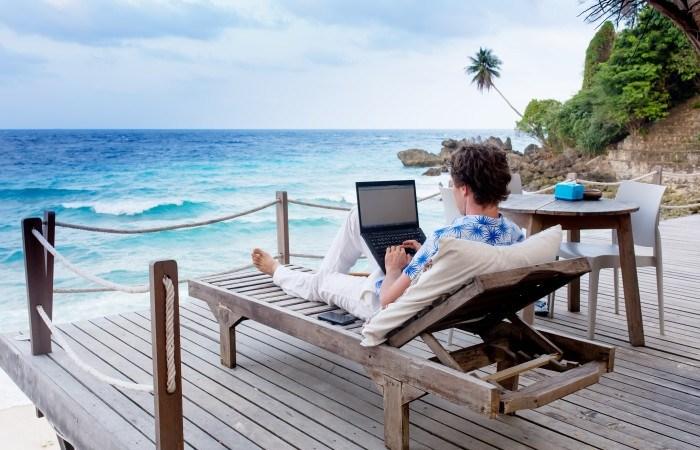 Majoriteten av svenskarna kollar jobbmejlen under semestern